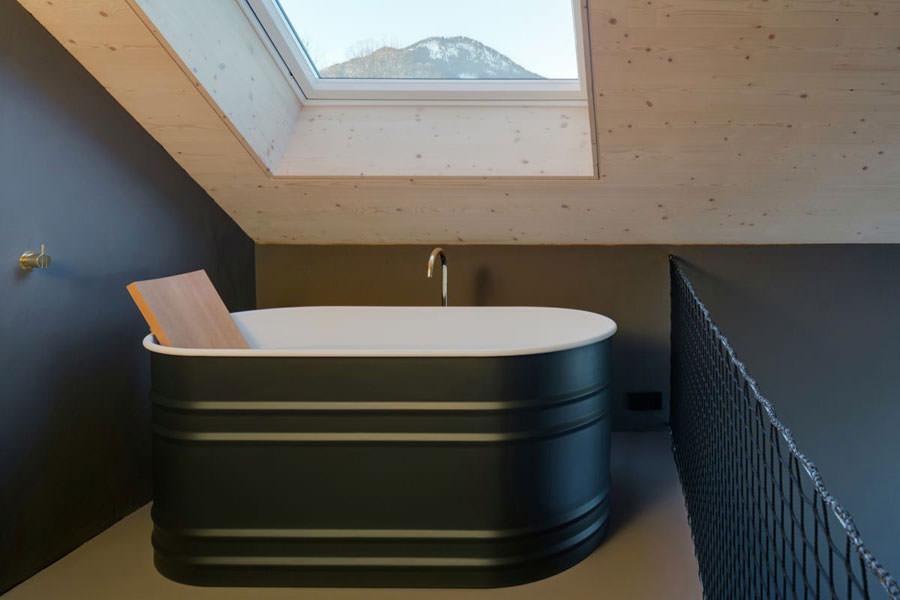 Vasca con vista della casa in legno in Baviera