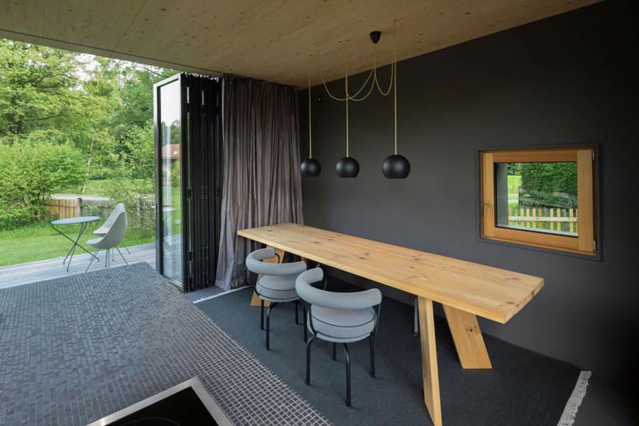 Cucina con sbocco esterno della casa in legno in Baviera