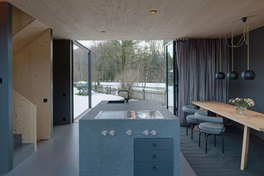 Cucina open space della casa in legno in Baviera