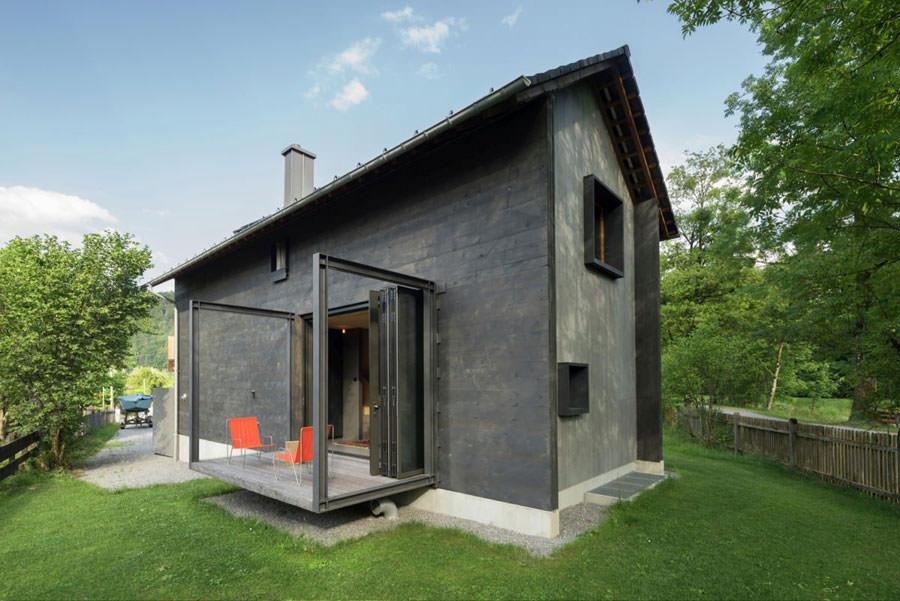 Esterno con terrazzo della casa in legno in Baviera