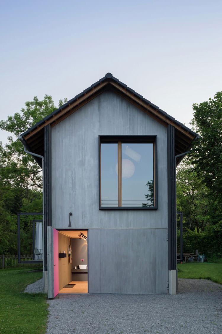 Veduta dell'ingresso della casa in legno in Baviera