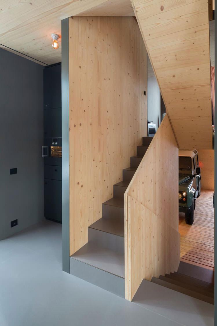 Scale interne della casa in legno in Baviera