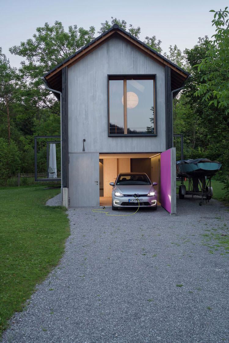 Garage con ricara per auto elettrice della casa in legno in Baviera