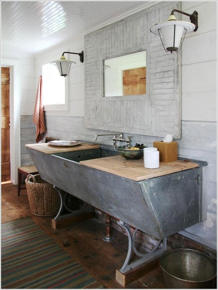 Mobile da bagno con un vecchio abbeveratoio