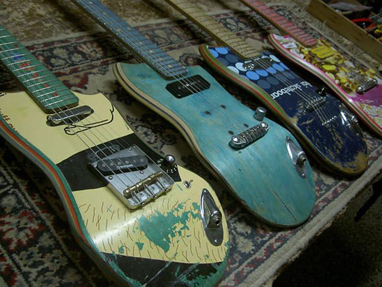 Vecchi Skateboard trasformati in chitarre