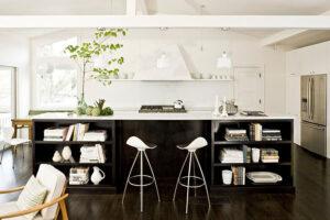 25 cucine con isola con ripiani a giorno - Ripiani interni cucina ...