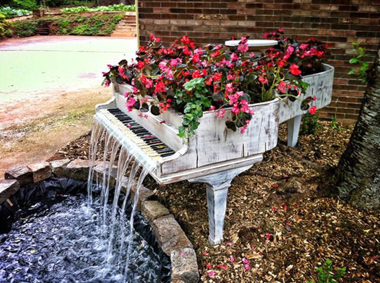 Pianoforte trasformato in fioriera con fontana a cascata