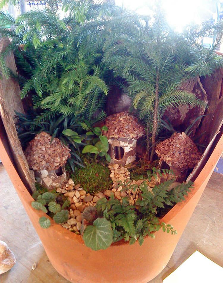 Giardino incantato ricavato da un vaso rotto n.17
