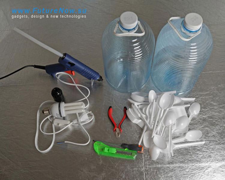 Occorrente per il lampadario con bottiglie e cucchiai di plastica