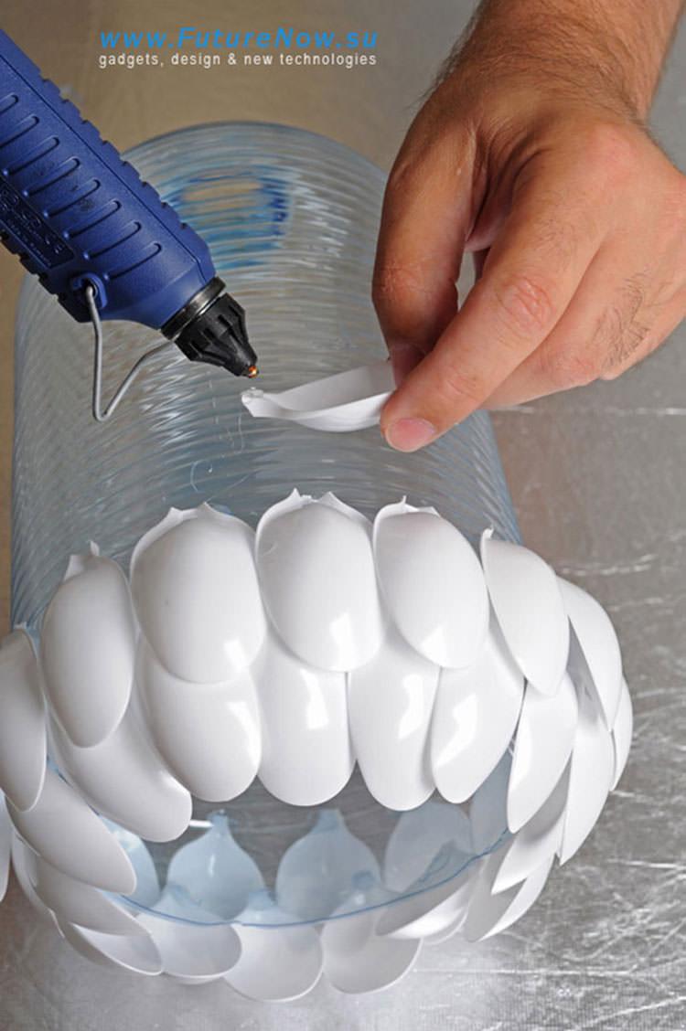 Come incollare bottiglie e cucchiai per formare il lampadario