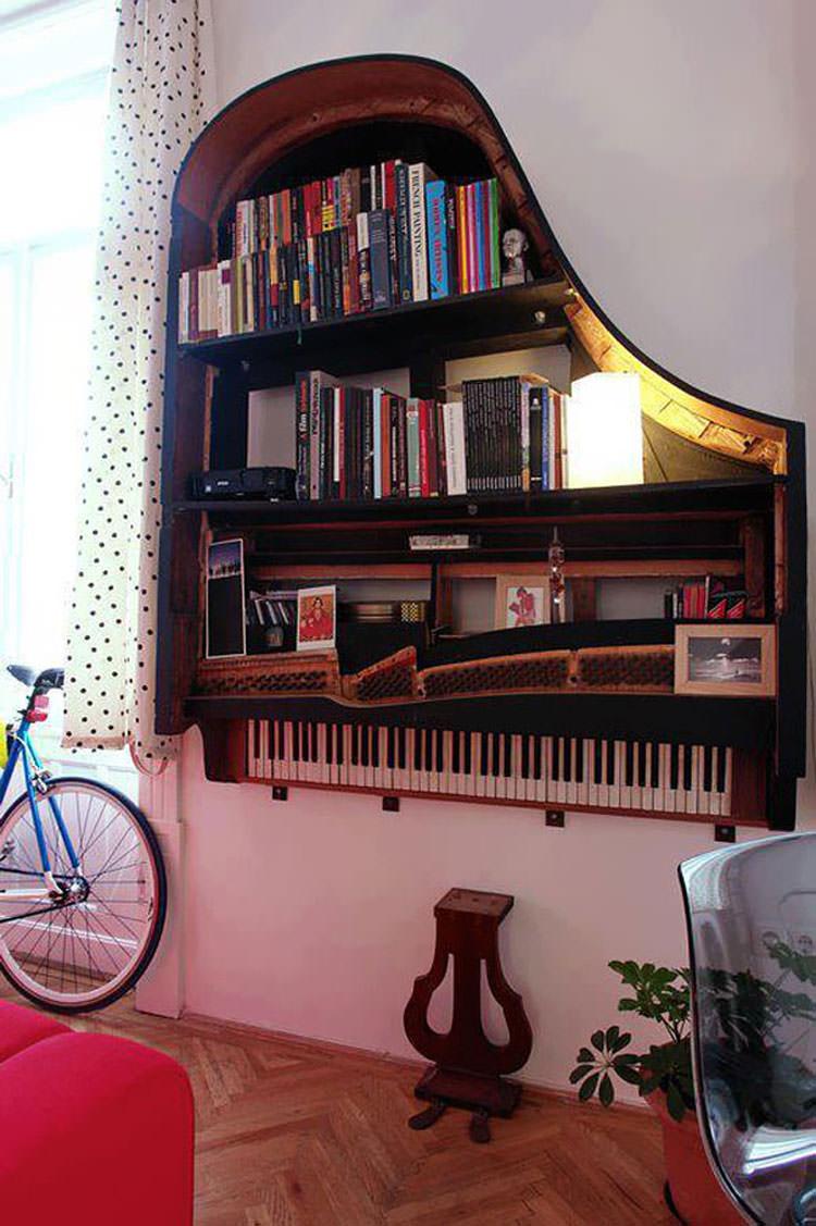 Vecchio pianoforte trasformato in una libreria