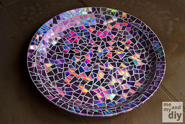 Piatto mosaico con pezzi ci CD riciclati