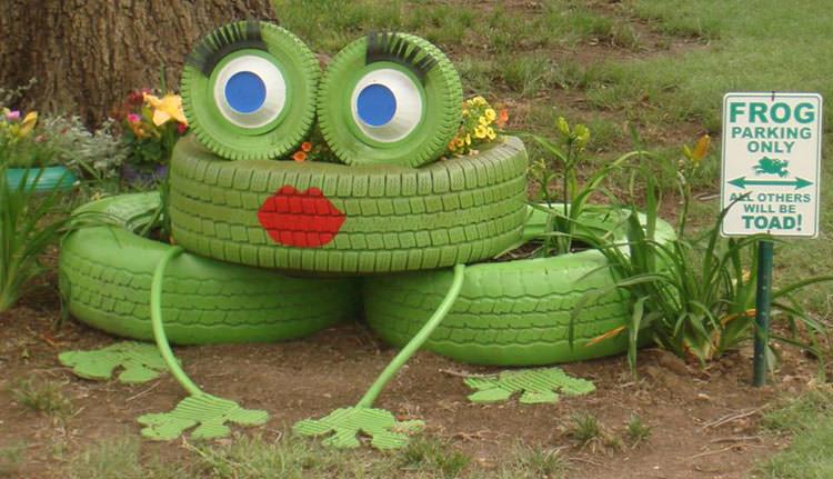 Decorazioni da giardino a forma di rana con pneumatici dipinti