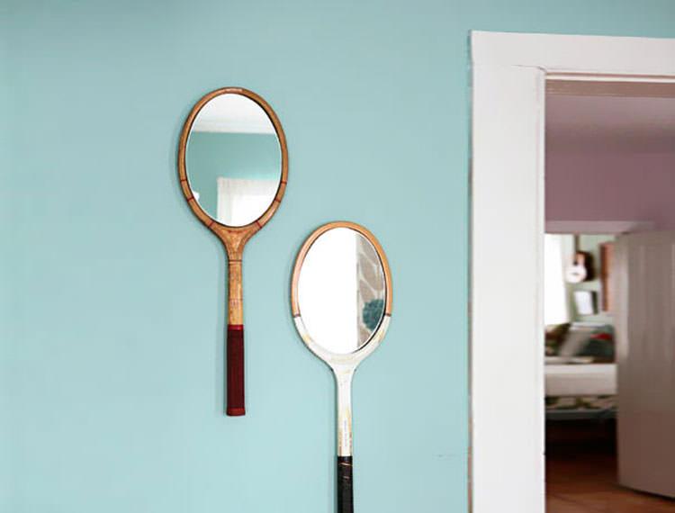 Racchette trasformate in specchi decorativi