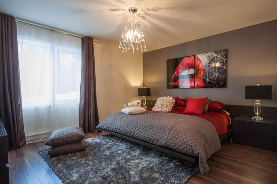 Camera da letto arredata con le tonalità rosso e grigio n.03