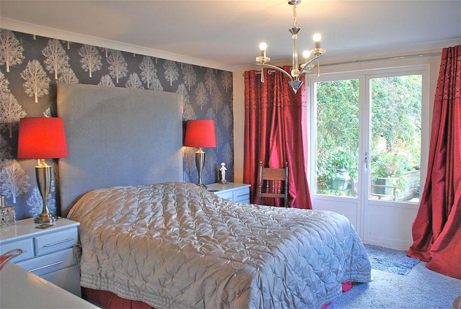 Camera da letto arredata con le tonalità rosso e grigio n.04