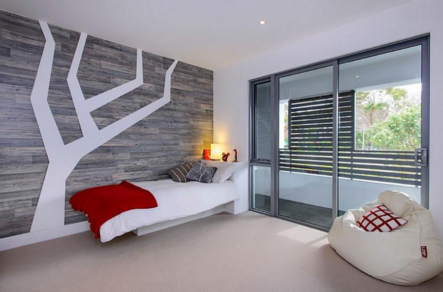 Camera da letto arredata con le tonalità rosso e grigio n.10