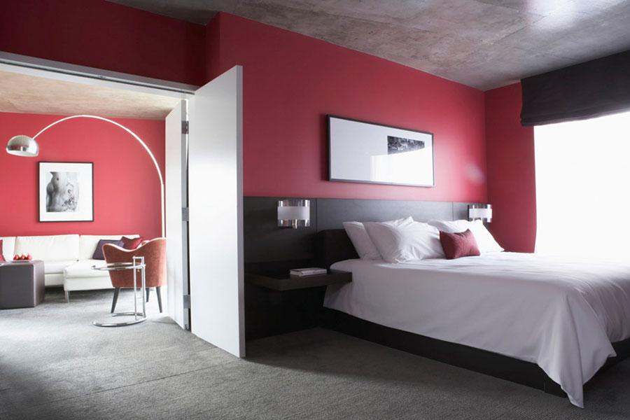 Camera da letto arredata con le tonalità rosso e grigio n.15