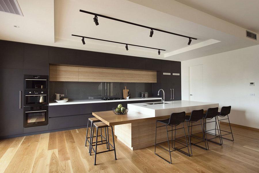 Foto della cucina con isola e ripiano bar per colazione n.01