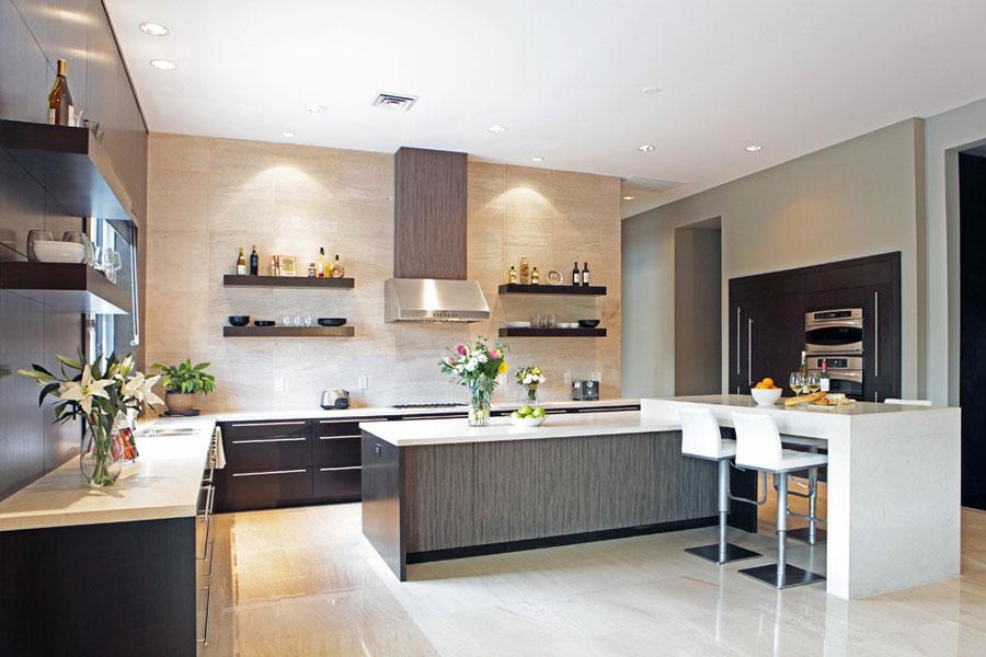 Foto della cucina con isola e ripiano bar per colazione n.02