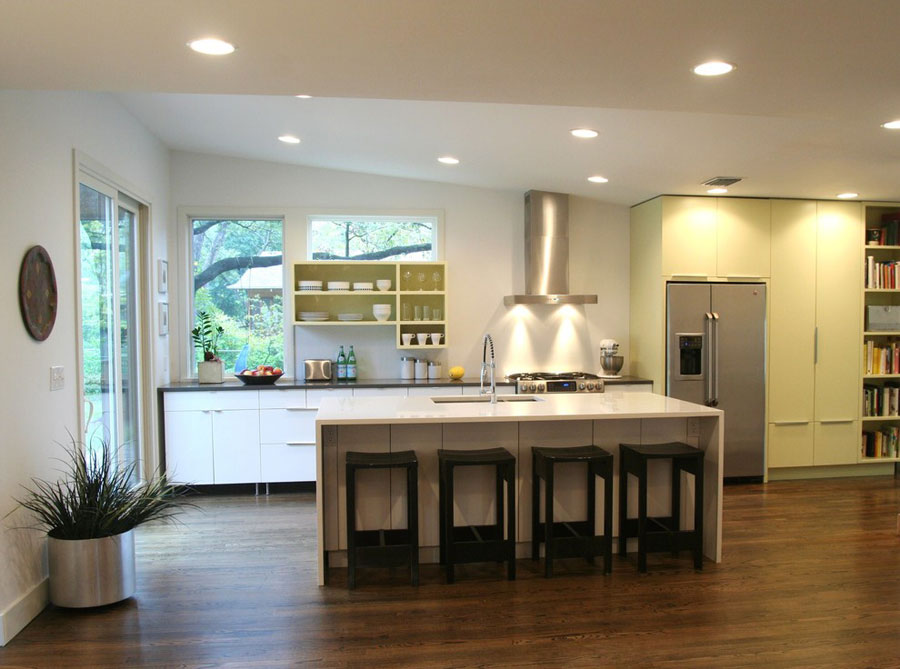Foto della cucina con isola e ripiano bar per colazione n.03