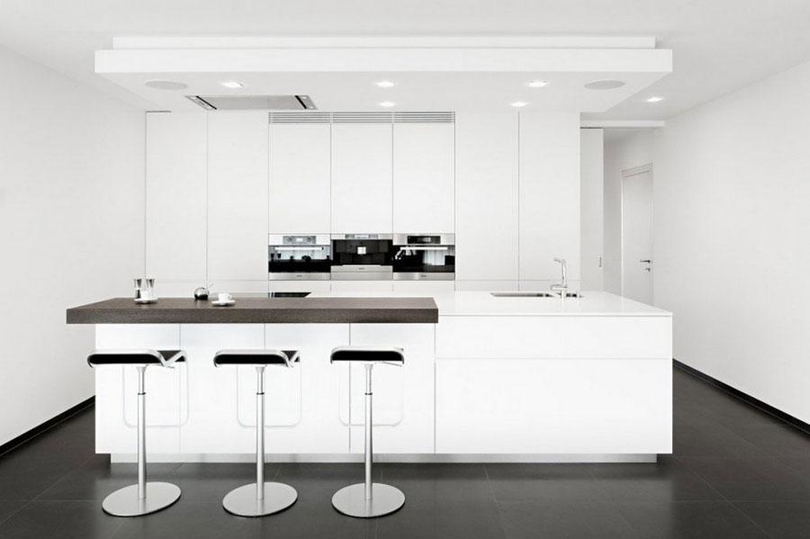 Foto della cucina con isola e ripiano bar per colazione n.04