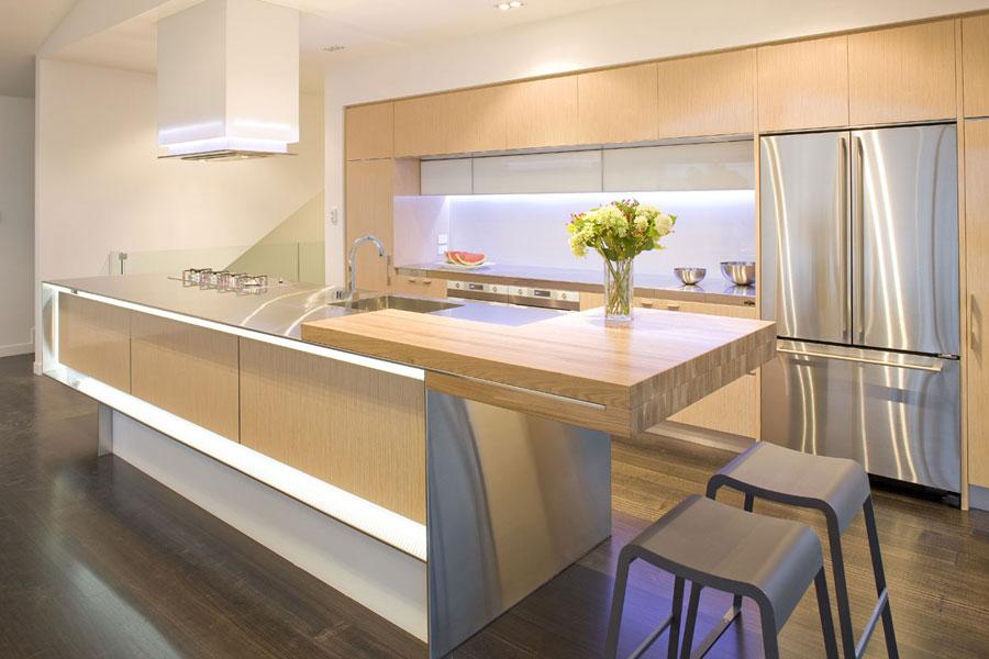 Foto della cucina con isola e ripiano bar per colazione n.06