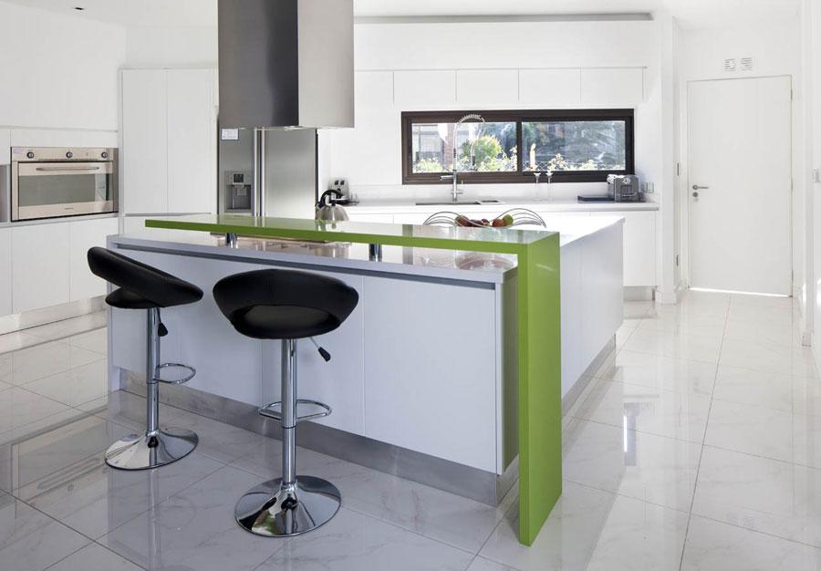Foto della cucina con isola e ripiano bar per colazione n.09