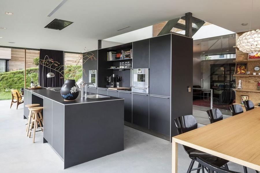 Foto della cucina con isola e ripiano bar per colazione n.11