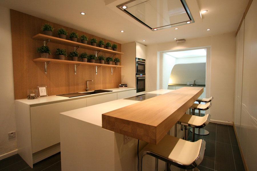 Foto della cucina con isola e ripiano bar per colazione n.12