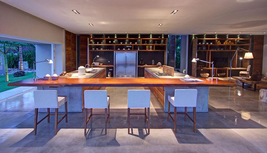 Foto della cucina con isola e ripiano bar per colazione n.16