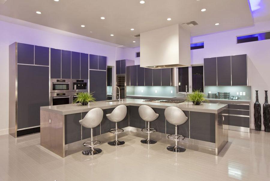 Foto della cucina con isola e ripiano bar per colazione n.17