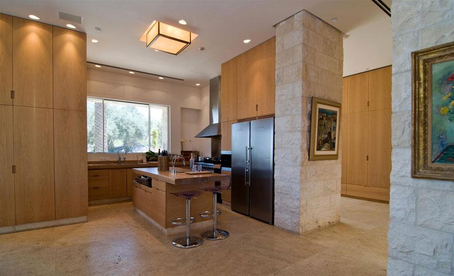 Foto della cucina con isola e ripiano bar per colazione n.18