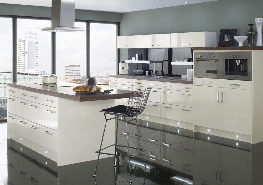 Foto della cucina con isola e ripiano bar per colazione n.19