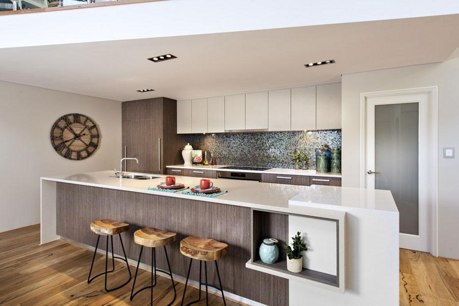 Foto della cucina con isola e ripiano bar per colazione n.20