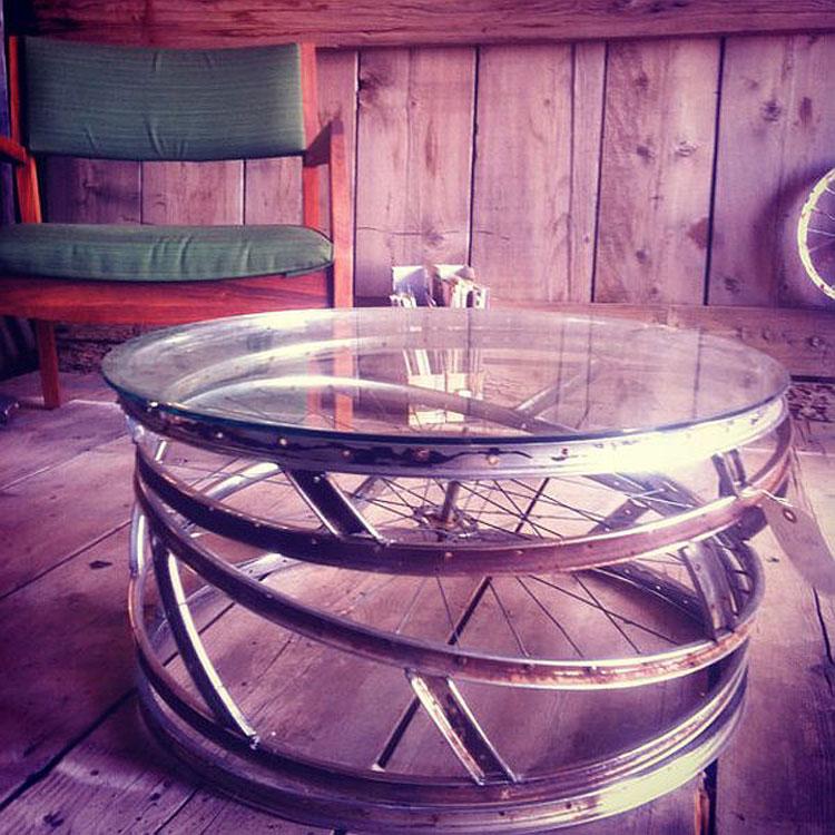 Tavolino con ruote di biciclette e plexiglass
