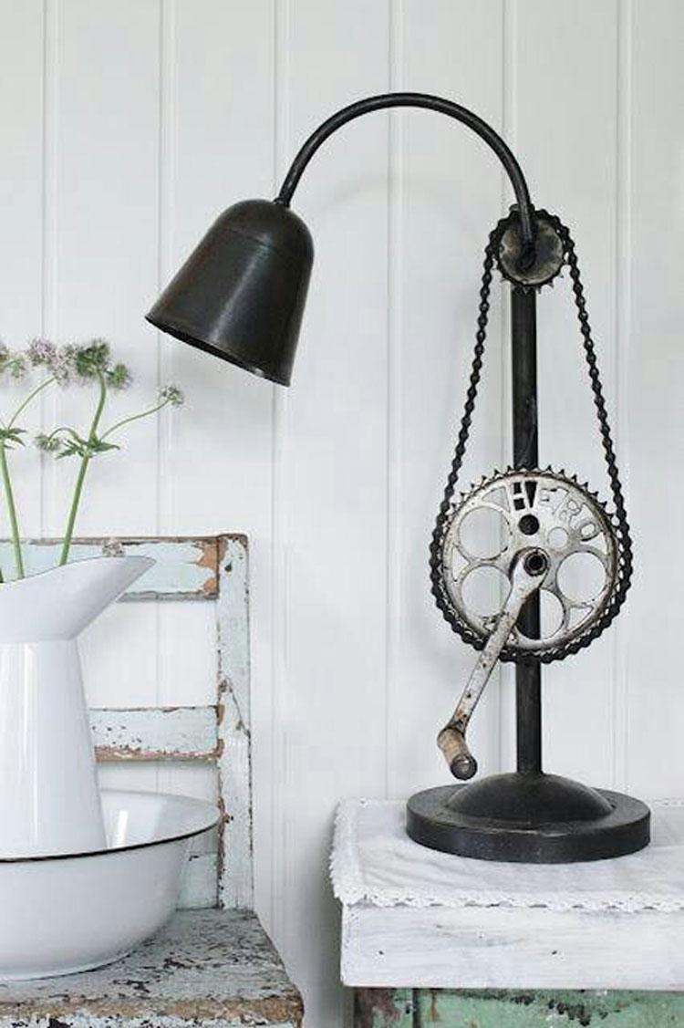 Lampada da tavolo con ingranaggi di biciclette