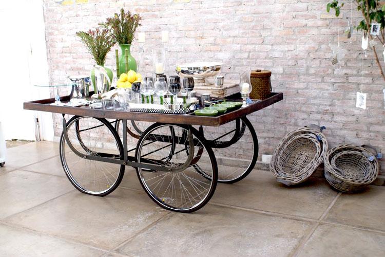 Carrello da cucina con parti di biciclette