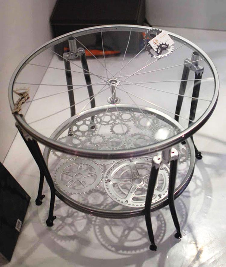 Tavolino da salotto con parti di biciclette
