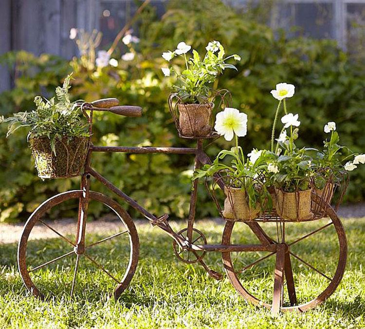 Vecchia bicicletta trasformata in fioriera