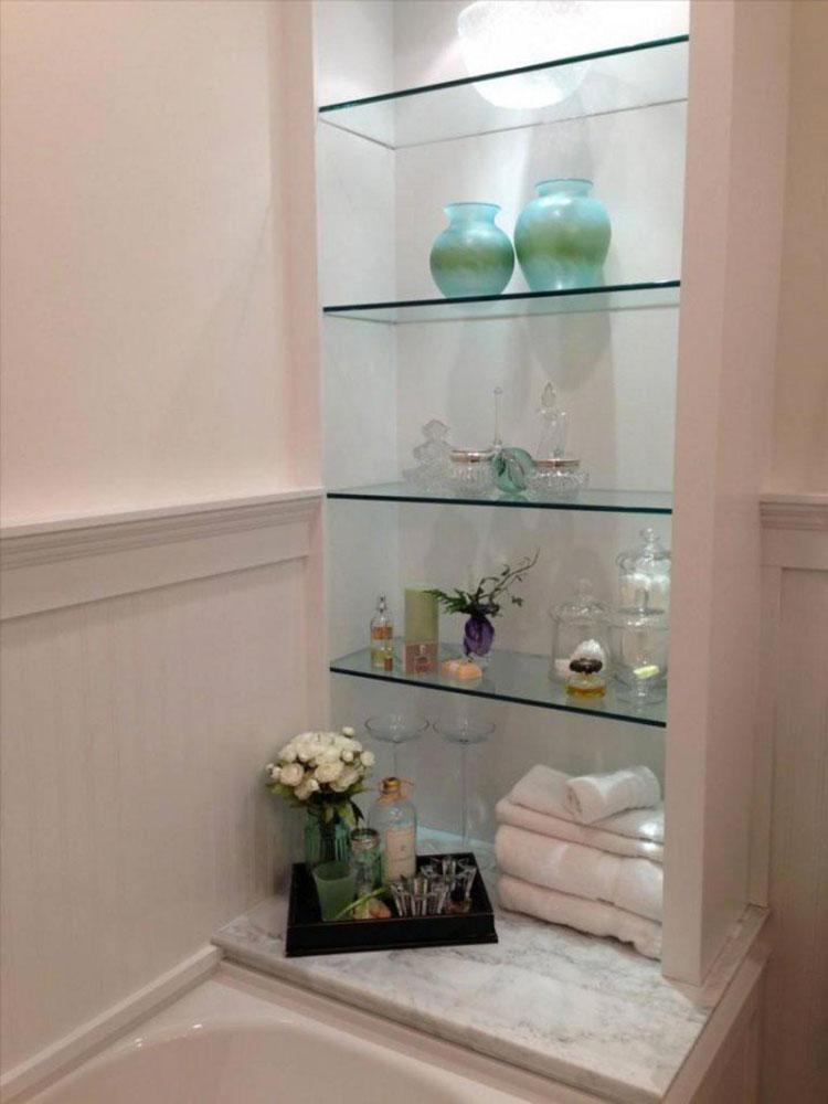 15 idee di design per scaffali e pensili da bagno - Scaffale legno bagno ikea ...