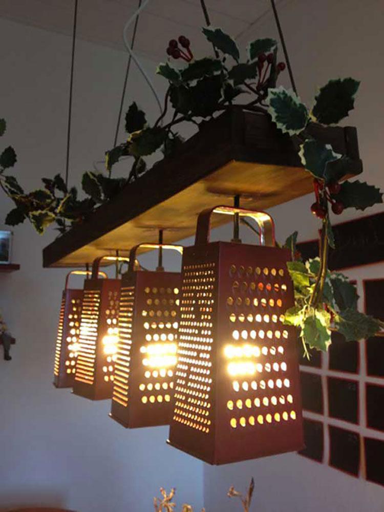 Come creare un lampadario con vecchie grattugie