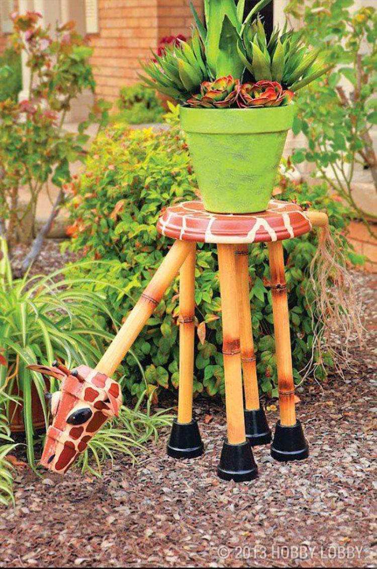 Sgabellino giraffa con vasi di terracotta