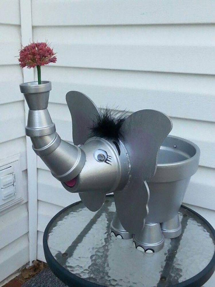 Elefante con vasi di terracotta