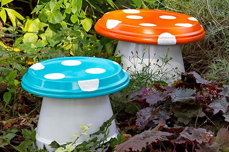 Funghi con vasi di terracotta
