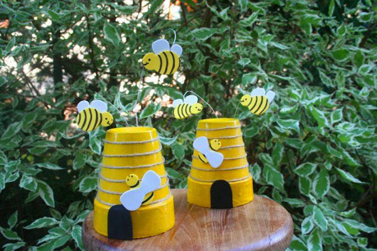 Nidi di api con vasi di terracotta