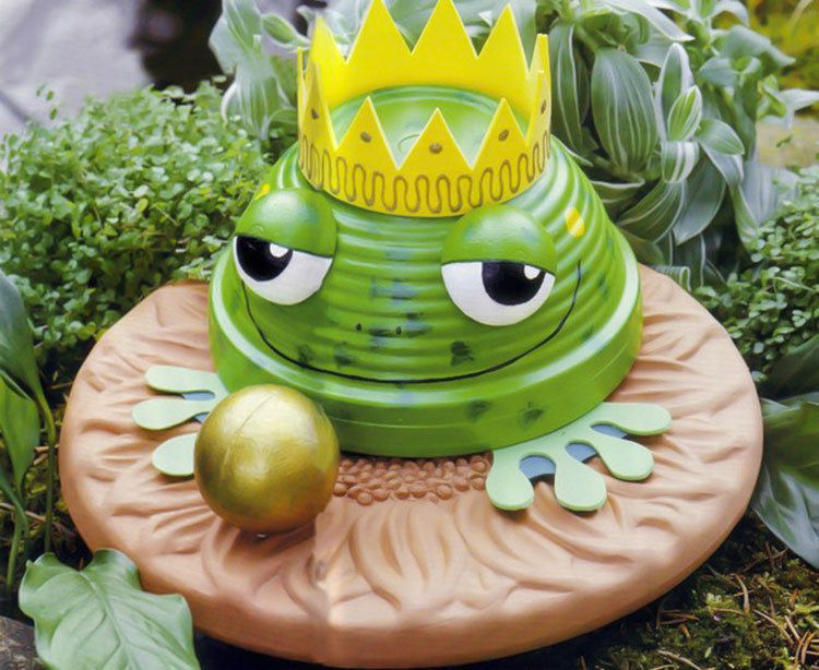 Principe ranocchio con vasi di terracotta