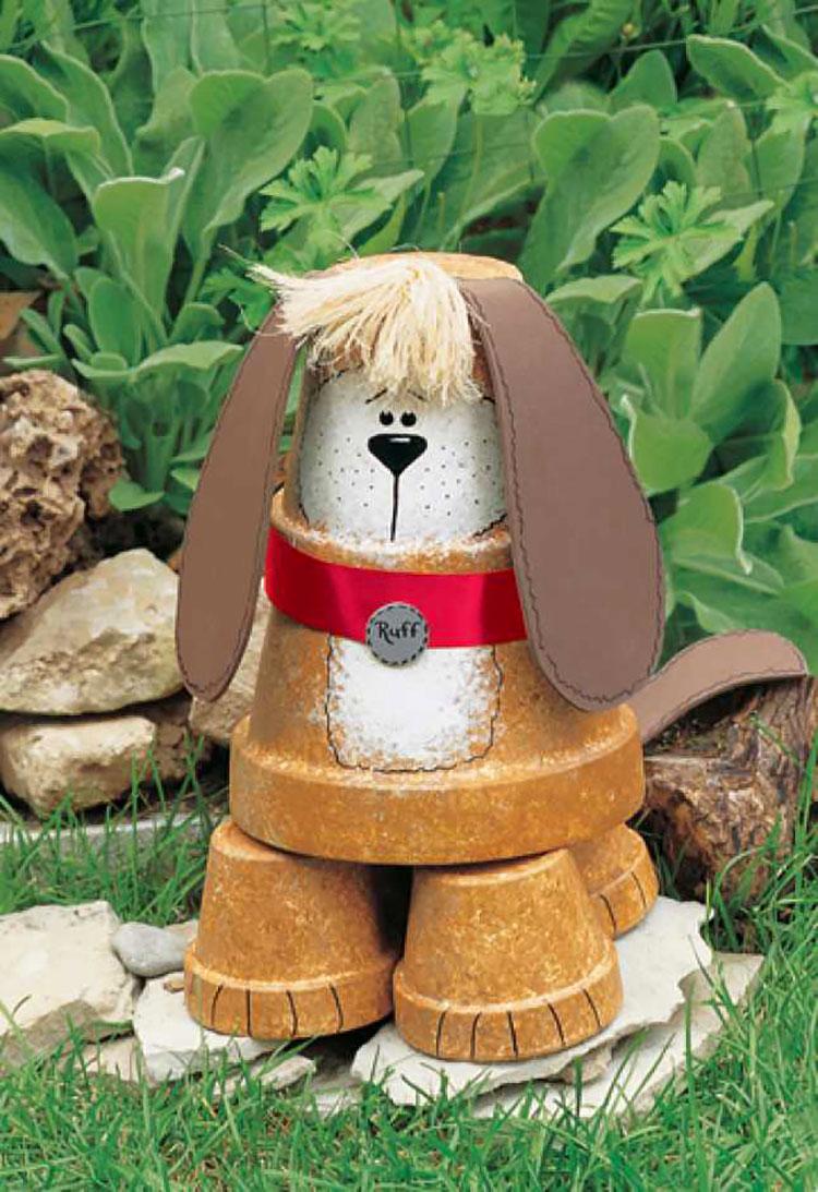 Cagnolino con vasi di terracotta