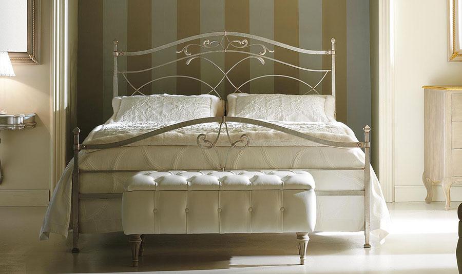 Modello di letto matrimoniale in ferro battuto di design n.03