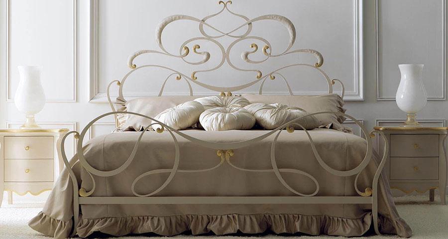 Modello di letto matrimoniale in ferro battuto di design n.07